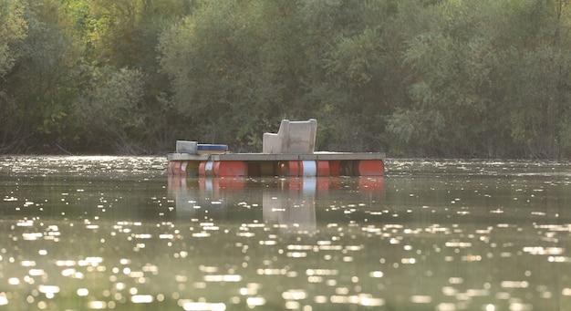 Schwimmender angelplatz auf dem see