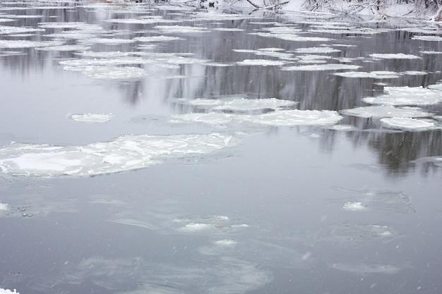 Schwimmender großvater auf dem winterfluss, winterlandschaft, frühjahrsfluten