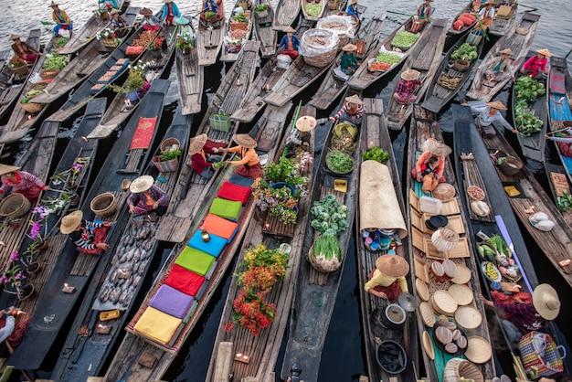 Schwimmender markt am morgen am inle-see, shan-staat, myanmar