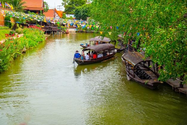 Schwimmender markt berühmte und beliebte touristenziele