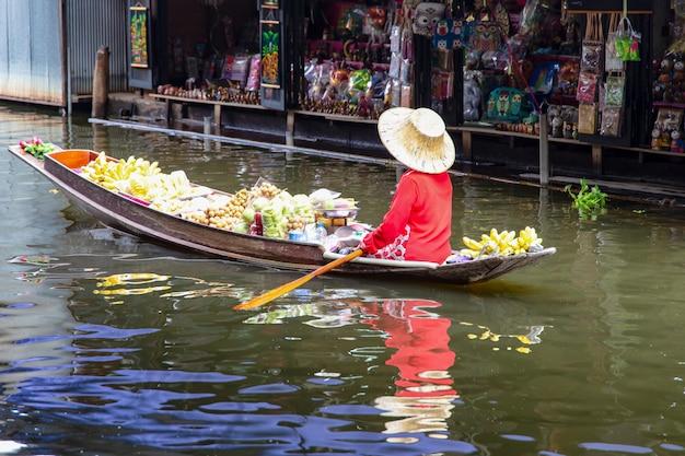 Schwimmender markt damnoen saduak in ratchaburi nahe bangkok, thailand