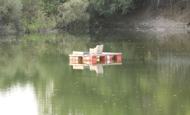Schwimmender ort zum entspannen auf dem see