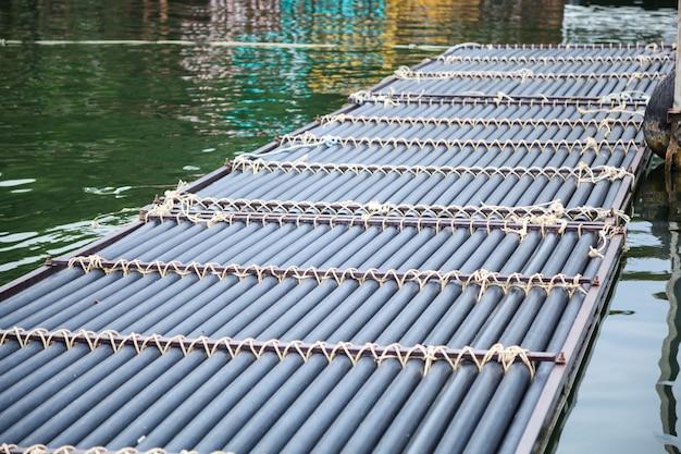 Schwimmender ponton aus synthetischem kunststoffrohr zur unterstützung einer vielzahl von marina-docking-systemen