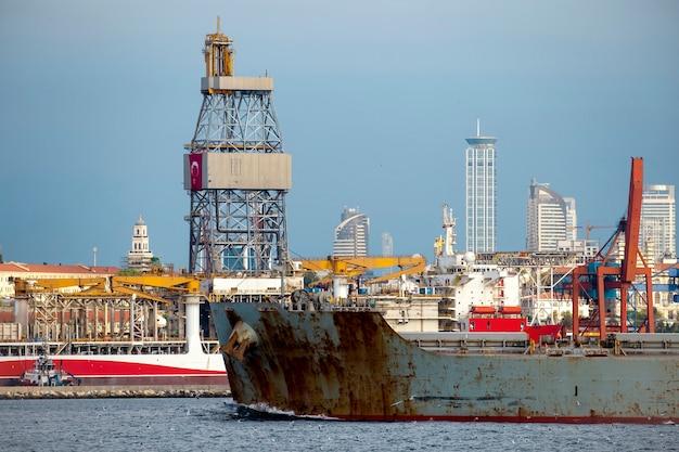 Schwimmendes altes frachtschiff mit seehafen in istanbul, türkei