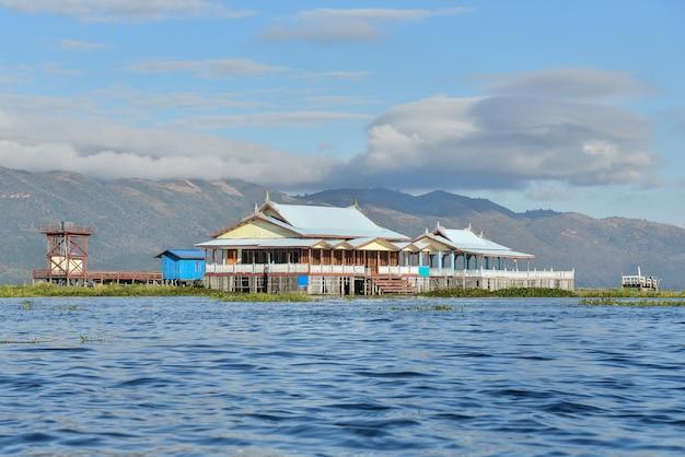 Schwimmendes haus in inle-dorf mit schönem blauem himmel in mandalay, myanmar