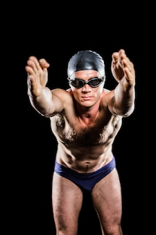 Schwimmer, der sich vorbereitet zu tauchen