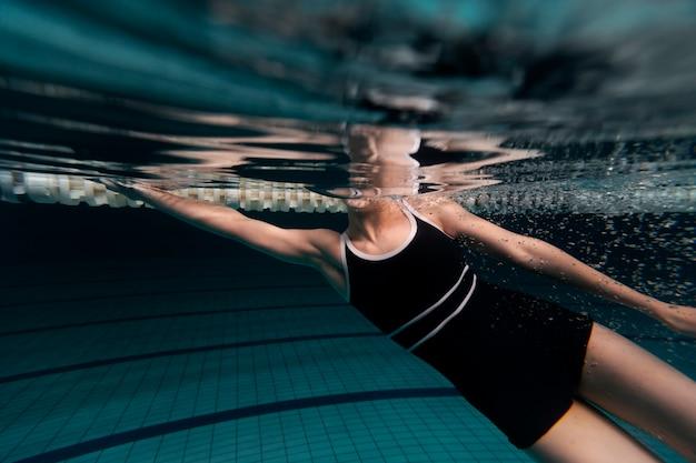 Schwimmer im badeanzug hautnah