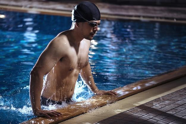 Schwimmer kommen aus dem pool, sie ruhen sich aus.