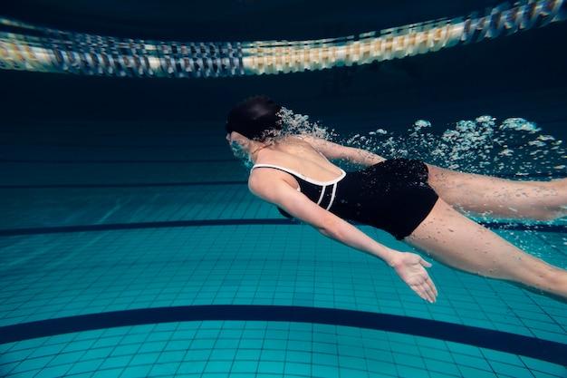 Schwimmer mit mittlerem schuss im pool