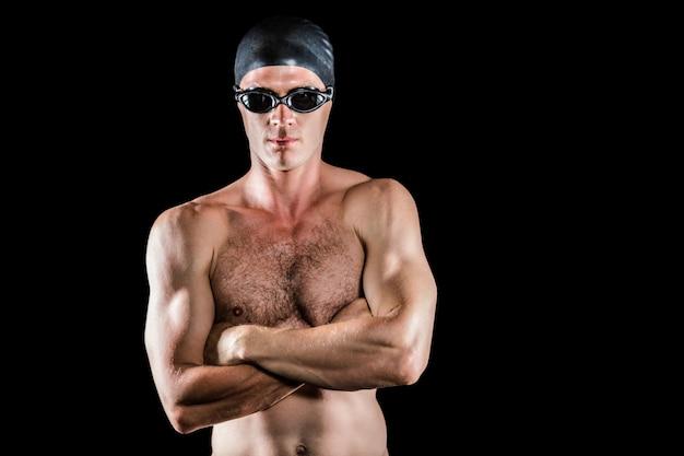Schwimmer posiert mit verschränkten armen