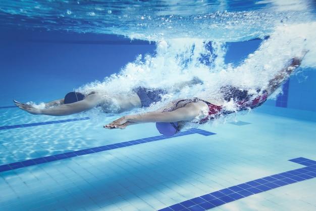 Schwimmer sprung vom plattformspringen ein schwimmbad. unterwasserphoto