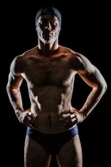 Schwimmer stehend mit der hand auf der hüfte