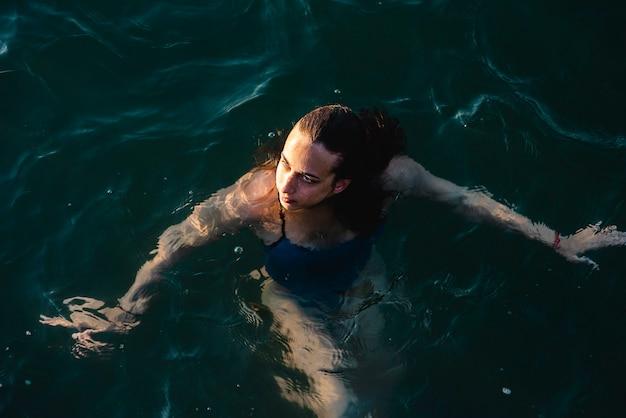 Schwimmerin, die beim schwimmen im wasser aufwirft