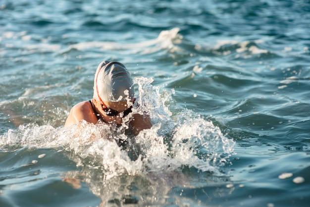 Schwimmerin, die im wasser schwimmt
