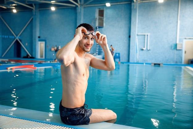 Schwimmerin im pool, frau am pool