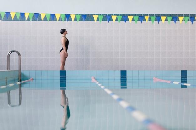 Schwimmerin mit niedrigem sitzwinkel