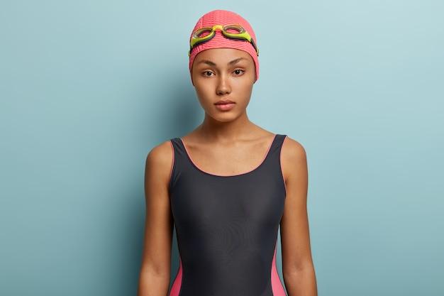 Schwimmerin posiert mit schutzbrille