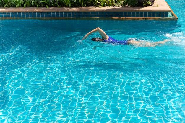 Schwimmerin training im schwimmbad.