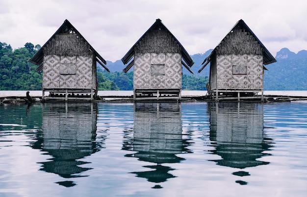 Schwimmflöße für erholung und entspannung während des urlaubs in thailand