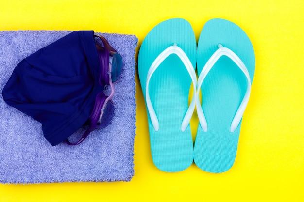 Schwimmset - hausschuhe, handtuch, schwimmbrille, badekappe