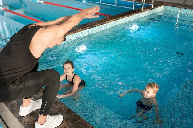 Schwimmtrainer bei der arbeit