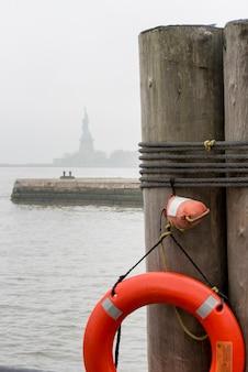 Schwimmweste auf holzpfosten, ellis island, jersey city, staat new york, usa