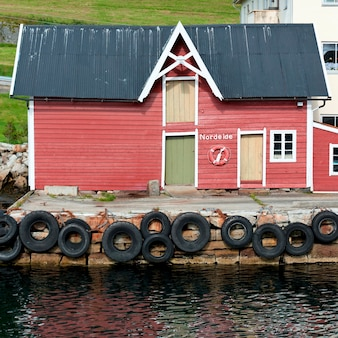 Schwimmweste in einem bootshaus, sognefjord, norwegen
