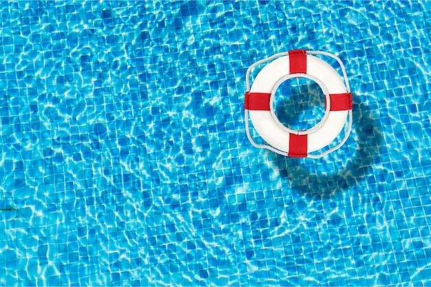 Schwimmweste schwimmt in einem klaren poolwasser