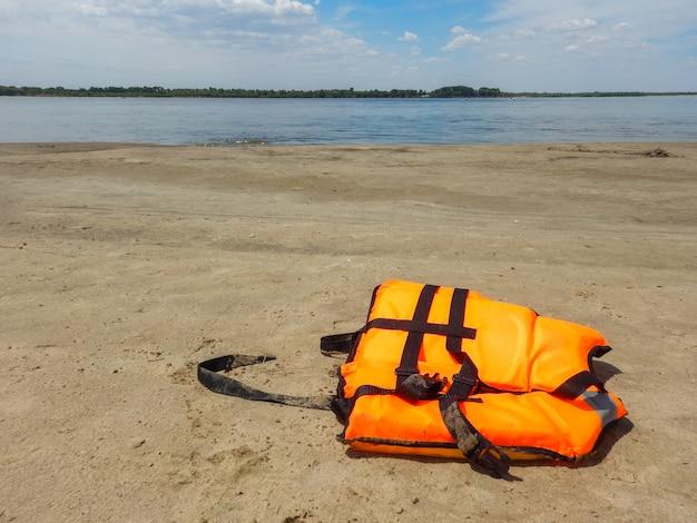 Schwimmwesten wurden ins meer geworfen. sicherheit auf see ist nicht interessiert. dies könnte ein unfall sein, sogar der tod.