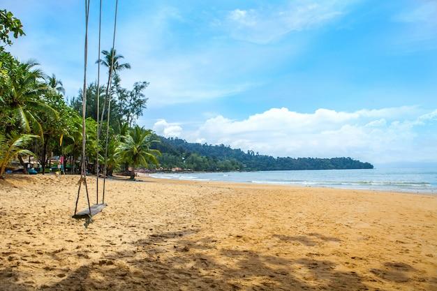 Schwingen sie auf dem strand, khao lak phang nga thailand