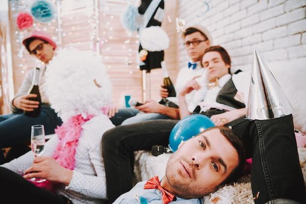 Schwule jungs haben es satt, auf einer schwulenparty herumzulaufen.