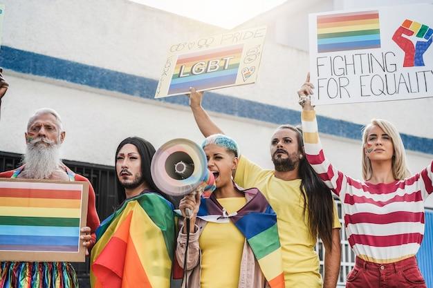 Schwule und transgender protestieren beim lgbt pride event im freien - konzentrieren sie sich auf gesichter dahinter