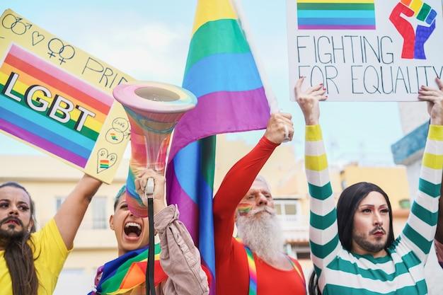 Schwule und transgender protestieren gegen das lgbt-stolzereignis für gleichberechtigung im freien in der stadt - fokus auf megaphon