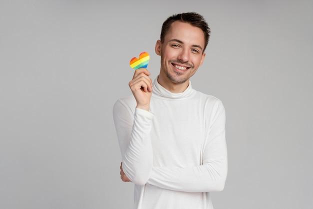 Schwuler mann des smileys mit regenbogenherz
