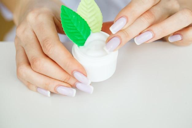Scin care. wissenschaftlerhände, die beschaffenheit von schönheitsprodukten prüfen