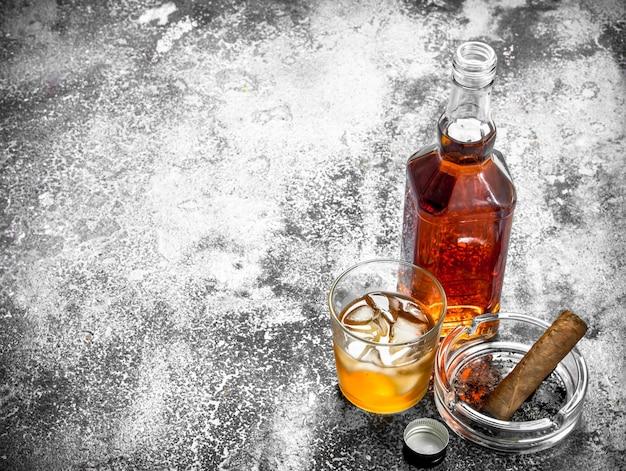 Scotch whisky mit einer zigarre.