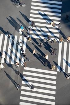 Scramble crossing in tokio, japan, wo menschen kommen und gehen