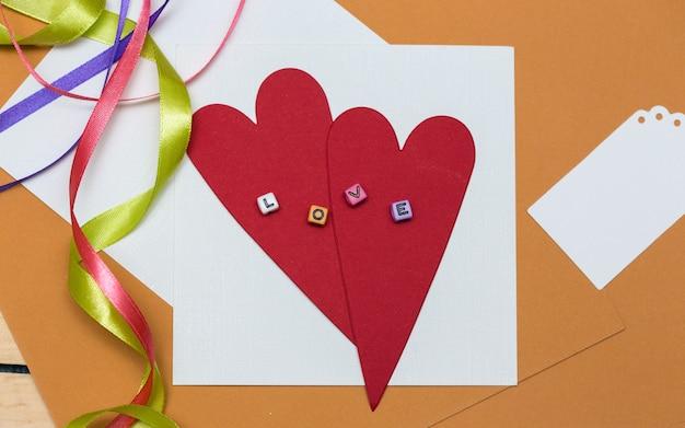 Scrapbook-hintergrund. karte und werkzeuge mit dekoration. valentinstag
