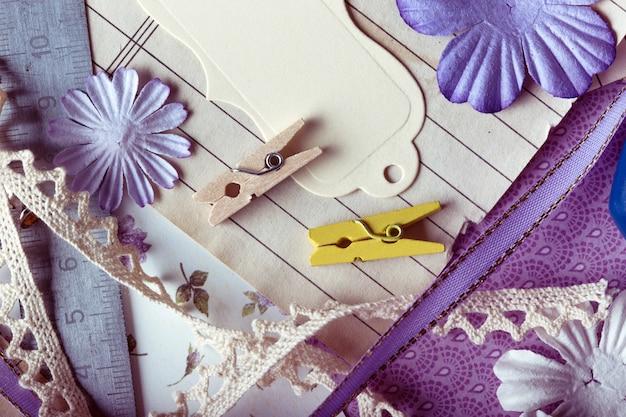Scrapbook-hintergrund. werkzeuge mit dekoration