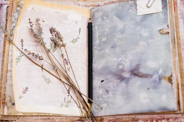 Scrapbooking-album, lavendel, papier, gefärbter kaffee. handgemacht. blumentee gemalt
