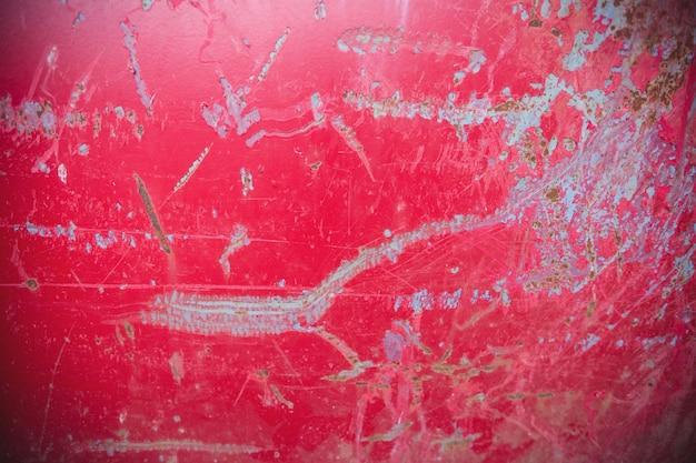 Scratches auf rotem hintergrund metall