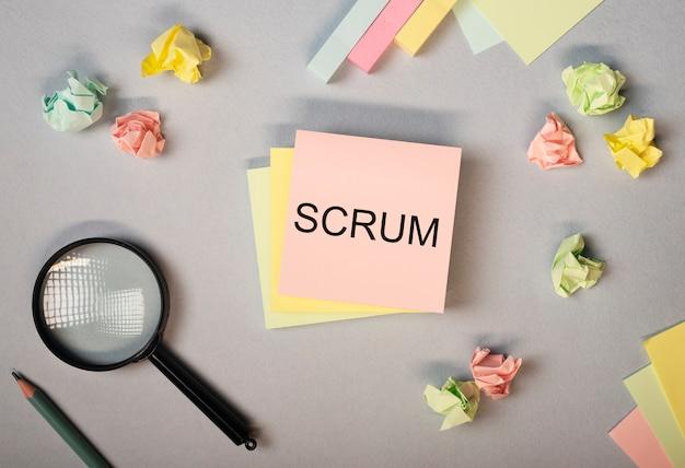 Scrum-wort auf papiernotiz auf dem flachen laienkonzept des schreibtisches von methoden im management in
