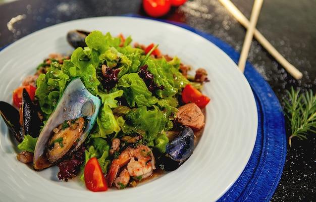 Seadfood-salat mit muscheln, gebratenen garnelen und gemüse