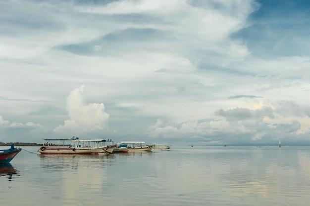Seascape boats auf ruhigen wasserlandschaftswolken