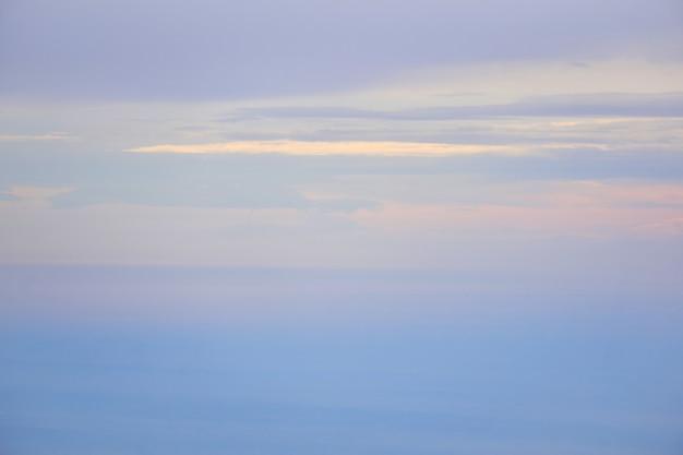 Seascape - das meer verschmilzt mit dem himmel im morgennebel
