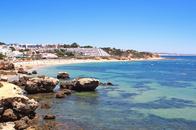 Seascape mit blick auf den strand und das hotel. portugal.