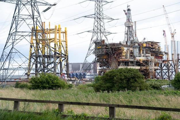 Seaton, devon, großbritannien, 30. juli 2021. offshore-ölplattform mit versorgungsschiff auf der nordsee