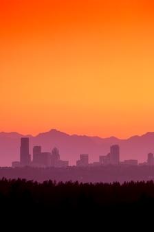 Seattle skyling mit den olympischen bergen