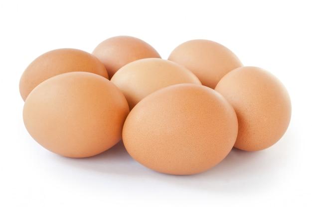 Sechs eier liegen in der nähe isoliert auf weiß