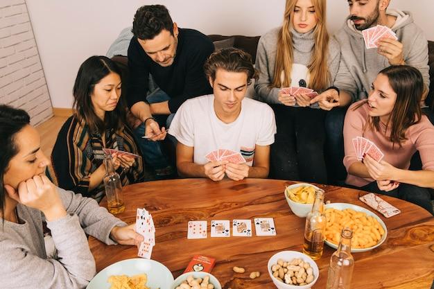 Sechs freunde spielen karten spiel